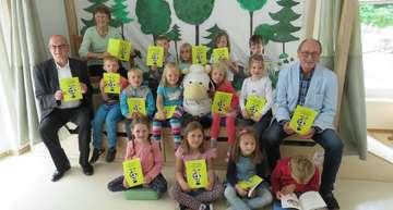 Autorin Bärbel Kappler verteilt Bücher an KitaKinder