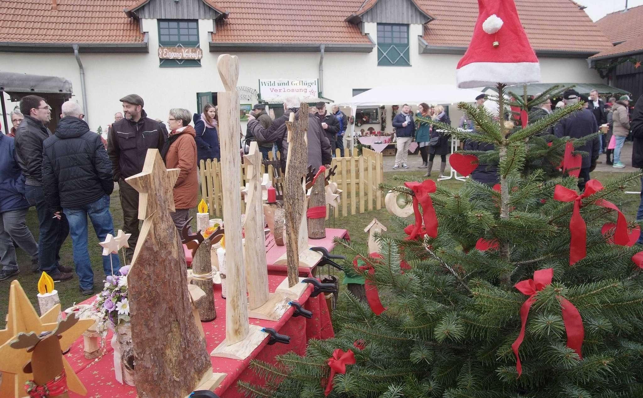 Reger Betrieb auf dem Weihnachtsmarkt rund um Blocks Huus in Bassen.  Foto: Tobias Woelki