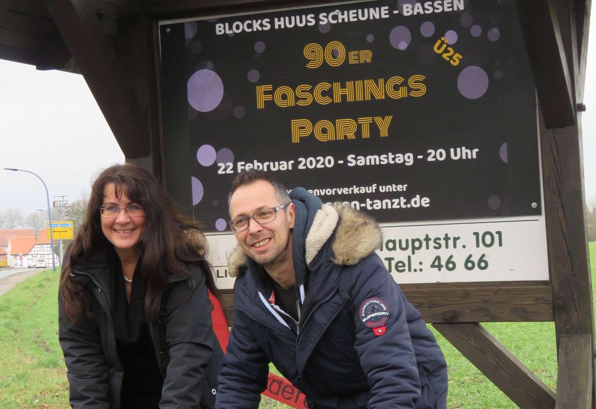 Christa Junge, Vorsitzende vom Verein Blocks Huus, ist begeistert von Jörn Kreitzirecks Idee, in Bassen eine Faschingsparty zu etablieren.  Foto: Elke Keppler-Rosenau