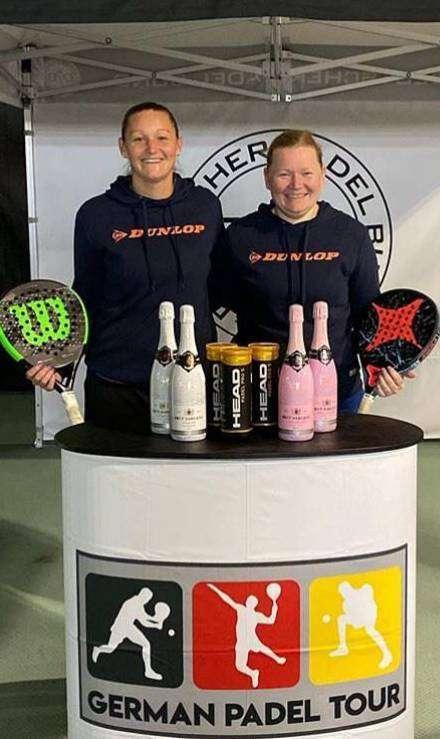 Maren Tiedjen (links) und Inken Breyer vom TC Oyten wollen sich für die Padel-Weltmeisterschaften qualifizieren.