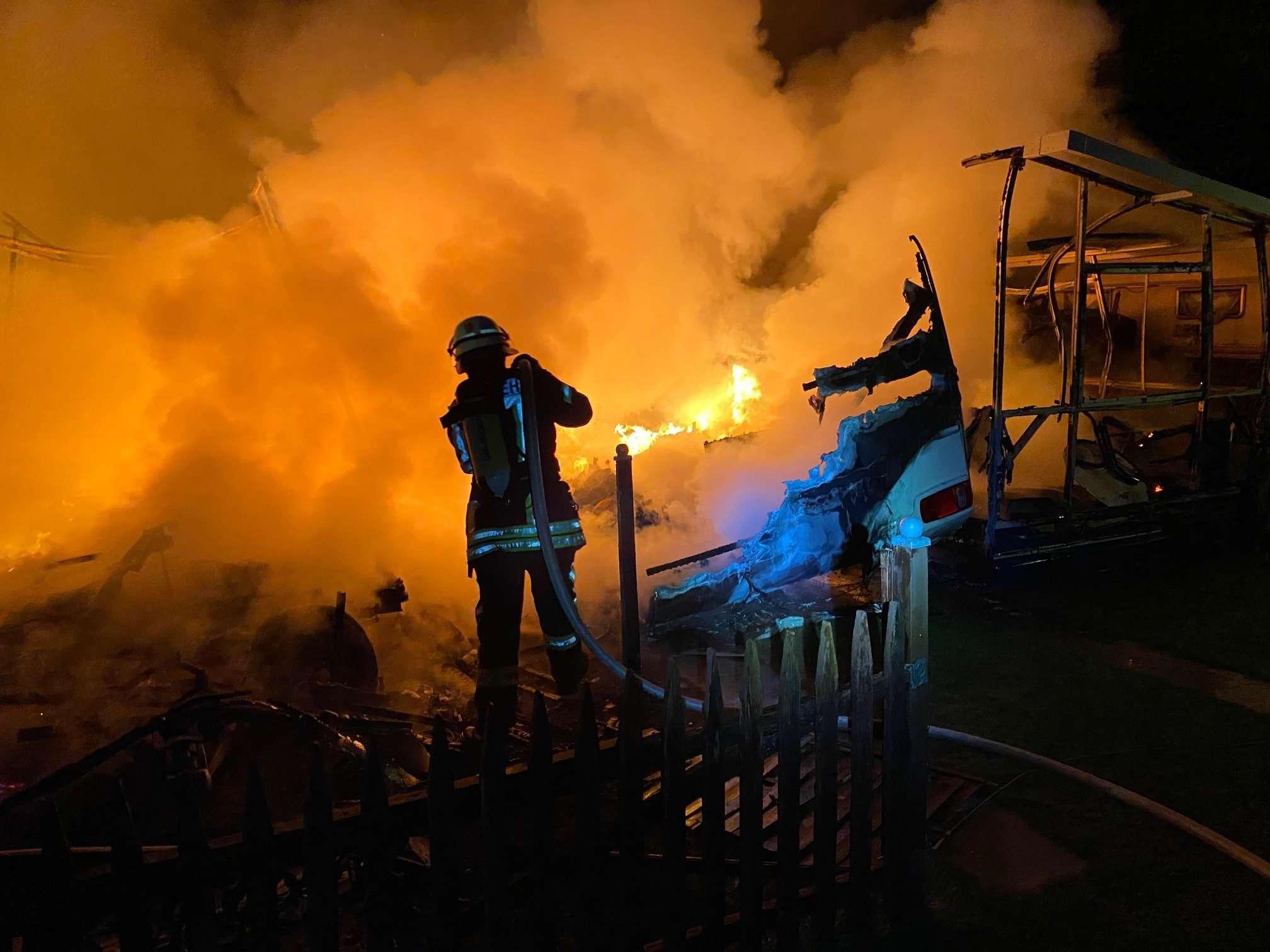 Am frühen Donnerstagmorgen rückten 35 Kameraden der Oytener Feuerwehr zu einem Brand am Behlingsee aus. Dort standen zwei Parzellen in Flammen.  Foto: Feuerwehr Oyten