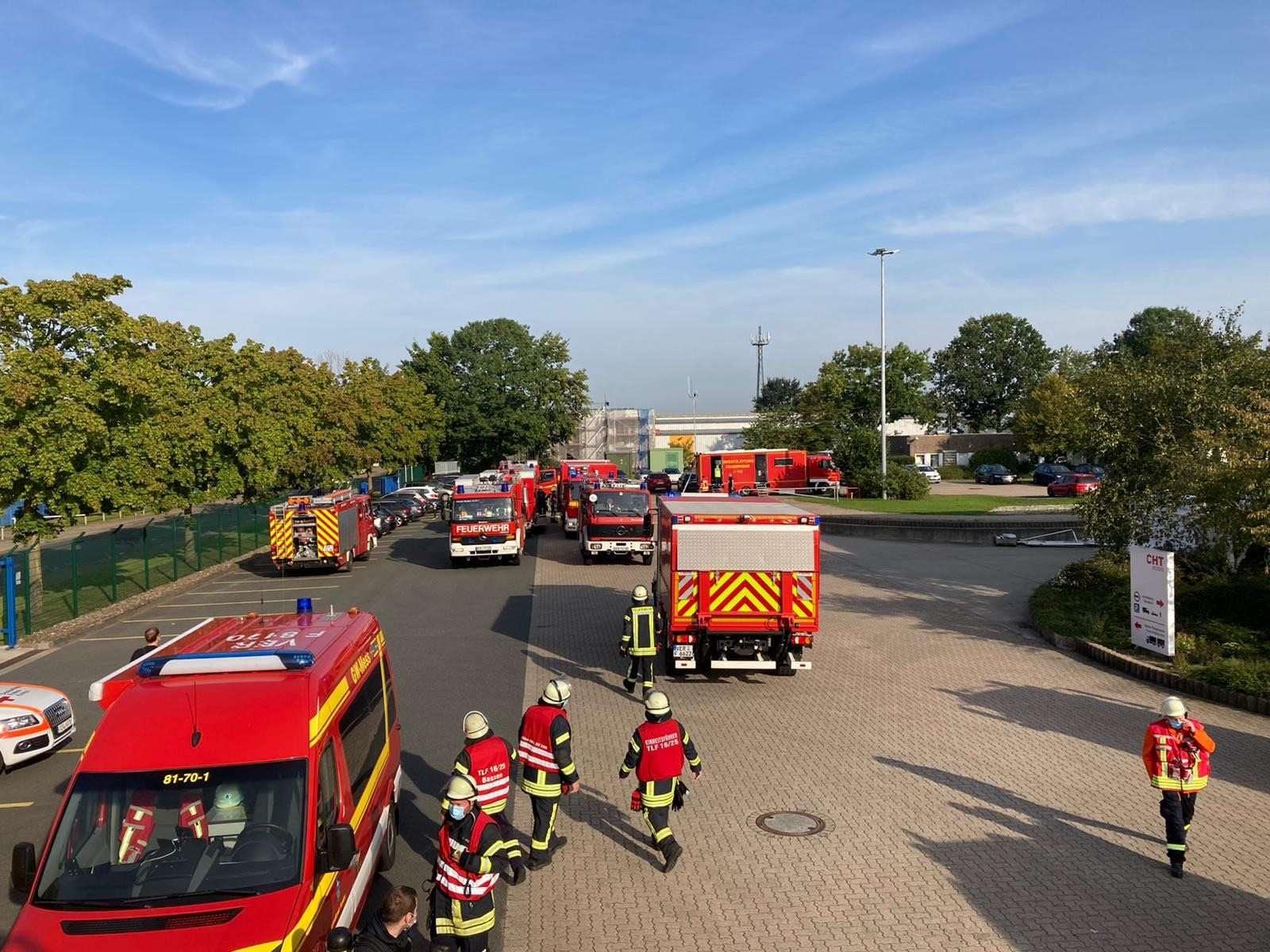Rund acht Stunden waren die Kräfte der Feuerwehren Bassen und Oyten in der Rudolf-Diesel-Straße beschäftigt. Ihr Auftrag: eine giftige Chemikalie zu sichern.  Foto: Feuerwehr Oyten
