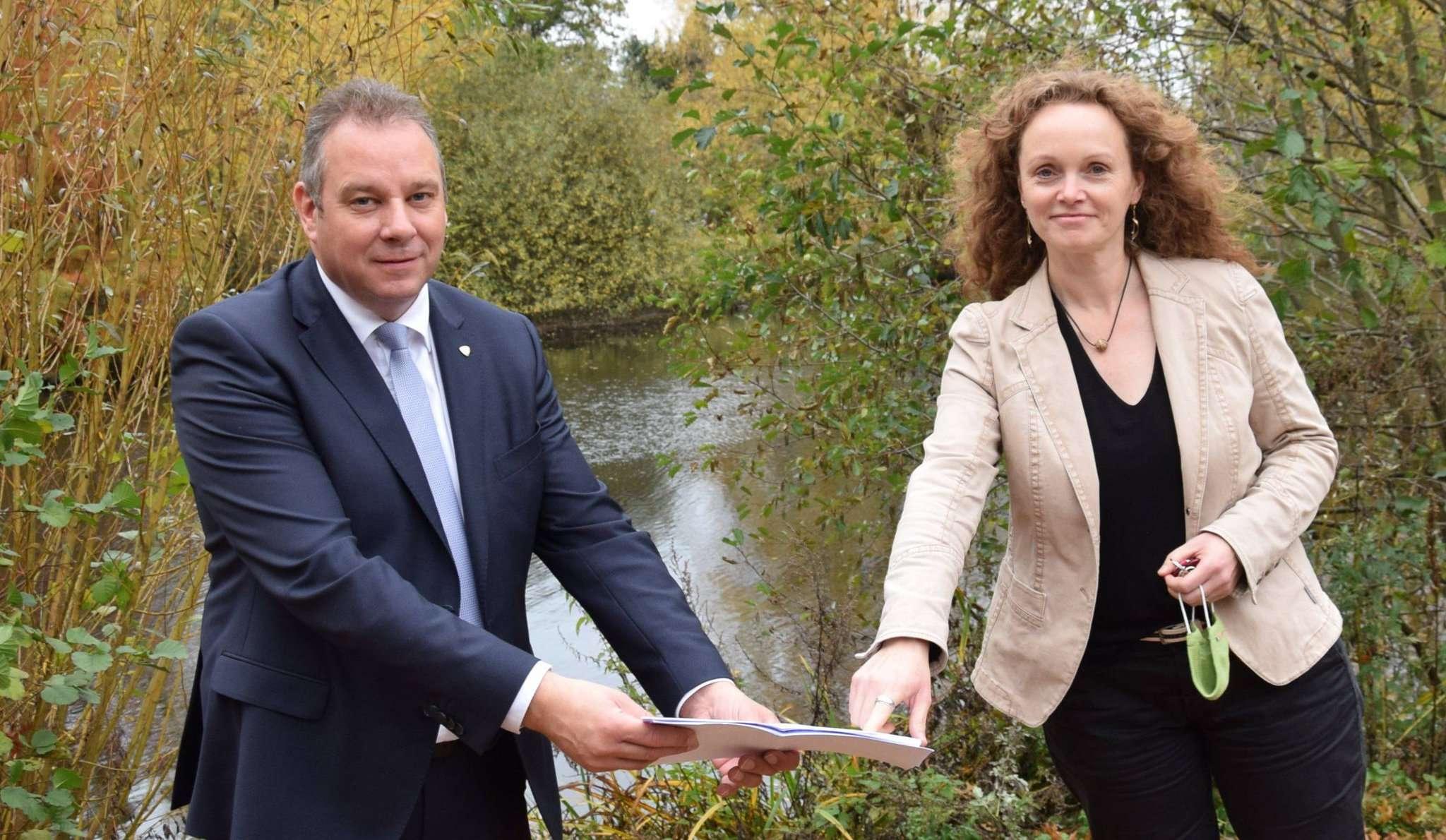 Bundestagsabgeordneter Andreas Mattfeldt und Oytens Bürgermeisterin Sandra Röse freuen sich, dass der Bund Oytens urbane Pläne unterstützt.