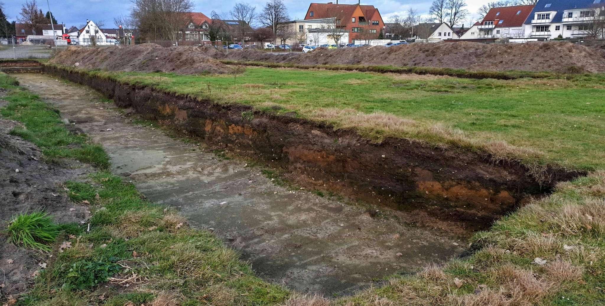 Grabungen der Kreisarchäologie auf dem alten Sportplatz sorgen für Verzögerung bei der Umsetzung der