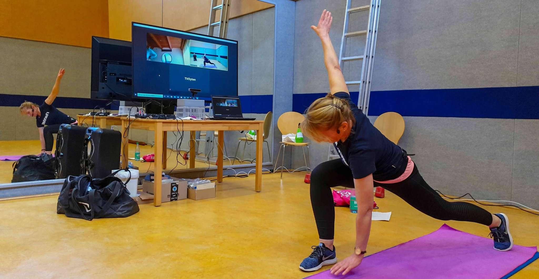 Elisabeth Kremin zeigt, wie es geht. Foto: Tobias Woelki