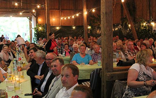 Rund 280 Gäste waren in der Scheune der Familie van Meegen zusammengekommen, um der 750-Jahr-Feier des Ortes Freetz beizuwohnen  Foto: Fricke