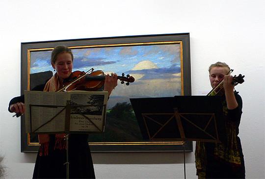 Xenia von Hahn und Charlotte Freitag musizieren