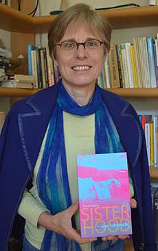 Die Stapeler Autorin Claudia Koppert schrieb das kürzlich erschienene Buch Sisterhood u2013 eine Sehnsucht       Foto: Schultz