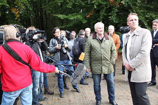 Umweltminister Stefan Wenzel (rechts) im Gespräch mit Andreas Rathjens bei seinem Besuch auf der Verpressbohrstelle in Grapenmühlen        Foto: Hartmann