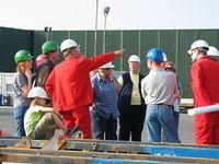 Die Mitarbeiter von Exxon Mobil führten ihre Gäste in vier Gruppen über die Bohrstelle