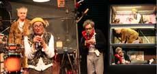 Wenn sie mit Radio Methusa auf Sendung gehen, dann bekommt das Leben von Conny, Falk und Edgar einen neuen Sinn. Dann können sie ihrem tristen Alltag im Wohncontainer (rechtes Bild) entfliehen          Fotos: Hartmann