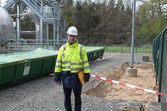 Uwe-Stephan Lagies von der RWE Dea an der Stelle, an der das Quecksilber in Grapenmühlen ausgetreten ist      Foto: Hartmann