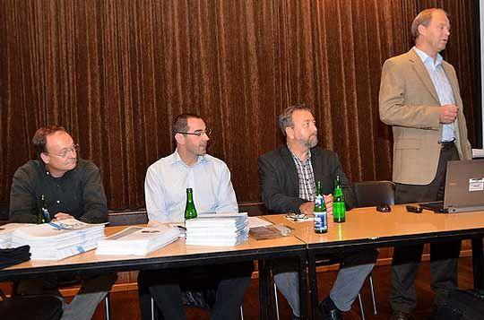 Jochen Kaliner (Betriebsleiter Söhlingen), Sascha Alles (Geologe), Dieter Sieber (Frac-Experte) und Hans-Hermann Nack (Unternehmenssprecher) von Exxon-Mobil stellten sich den Fragen der Bürger aus Hastedt und Worth          Foto: Plage