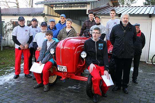 Stolz präsentierten die jungen und alten Schrauber des Dorfvereins Stuckenborstel den restaurierten Porsche-Diesel     Foto: Zachrau