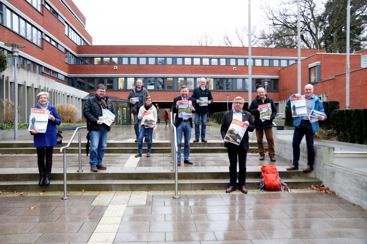 Ursula Hoppe (von links), Uwe Lüttjohann, Rainer Rahlfs, Petra Welz, Torsten Lühring, Heiko Rosebrock, Harmut Leefers, Andreas Weber und Udo Fischer werben für den Nordpfad