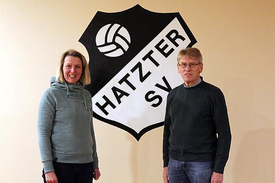 Geesche Martens und Hermann Gerken nehmen die Anmeldungen für das neue Angebot des Sportvereins entgegen