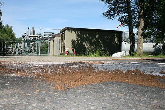 Das auf die Straße gelaufene Lagerstättenwasser wurde abgebunden, um weiteren Schaden zu verhindern           Foto: Voigt