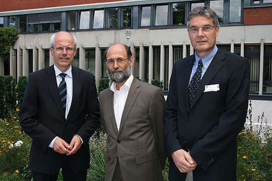Landrat Hermann Luttmann (rechts), Joachim Kieschke und Dr. Frank Stümpel stellten die Untersuchung im Kreishaus vor          Foto: Voigt