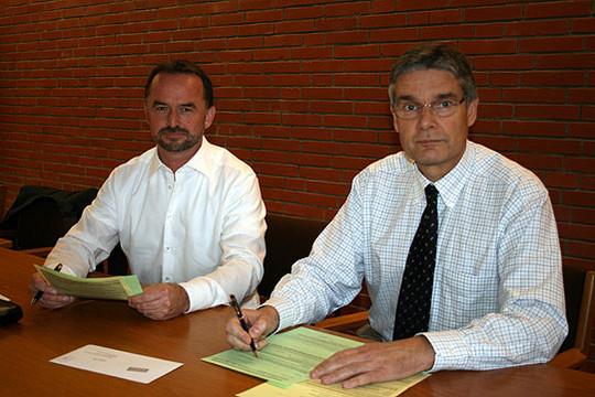 Dirk Eberle und Dr. Frank Stümpel wohnen in der Samtgemeinde Bothel und füllen ihre Fragebögen direkt nach dem entsprechenden Pressetermin im Rathaus aus                Foto: Voigt