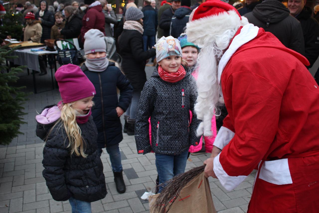 Die Westerwalseder Kinder freuten sich über den Besuch des Weihnachtsmannes. Fotos: Henning Leeske