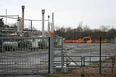 Der Erdgasförderplatz Hemsbünde Z1. Bei Reinigungsarbeiten wurde das Erdreich am Rande der asphaltierten Fläche oberflächlich mit Quecksilber verunreinigt. 30 Kubikmeter Boden wurden bereits ausgetauscht  Foto: Hartmann