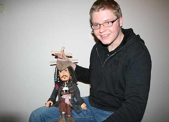 So wie dem Piratenkapitän Jack Sparrow verpasst Florian Moch mit handwerklichem Geschick jeder seiner Marionetten einen individuellen Charakter             Foto: Olthoff