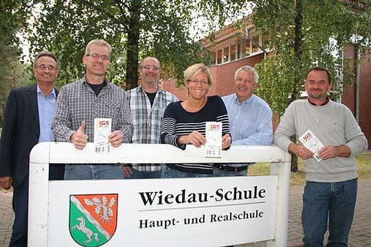 Vertreter der Botheler Elterninitiative zusammen mit Samtgemeindebürgermeister Rüdiger Woltmann (links): Sie wollen aus der Wiedau-Schule eine IGS machen                Foto: Voigt