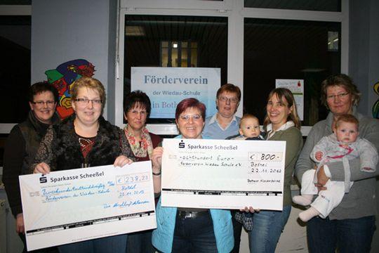 Vertreter vom Förderverein, der Kleiderbörse, der Elternschaft und der Wiedau-Schule Bothel freuten sich über die Spenden Foto: Voigt