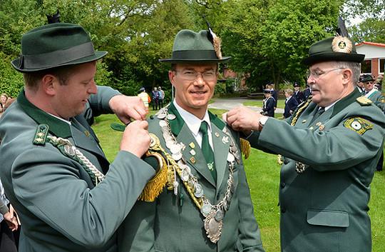 Hartmut Behrens wurde in Vahlde mit den Königsinsignien des Schützenvereins ausgestattet               Foto: Plage