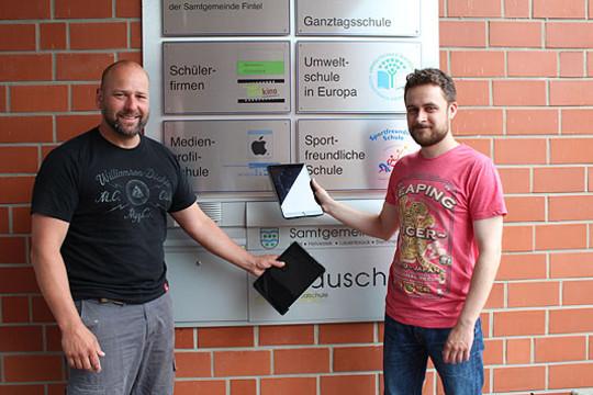 Die neuen Klassenlehrer für den kommenden achten Jahrgang sind schon mit einem Tablet ausgestattet: Frank Lehmann (links) und Hendrik Kapteina  Foto: Duensing