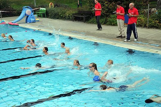 Auf der Schwimmstrecke im Bad Fintel gaben die Sportler alles         Foto: Plage