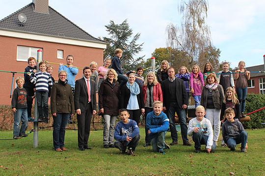 Sichtlich gut angenommen wird der nun offiziell an die Gemeinde übergebene Kletterparcours von den Kindern der Grundschule in Lauenbrück   Foto: Duensing