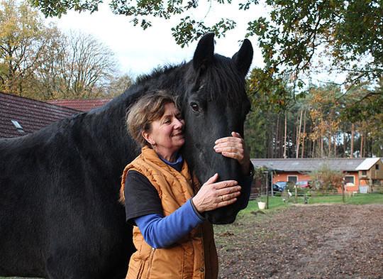 Petra Blohm, Besitzerin von Bouke, ist überglücklich, ihren Wallach wieder auf der heimischen Weide stehen zu haben                      Foto: Duensing