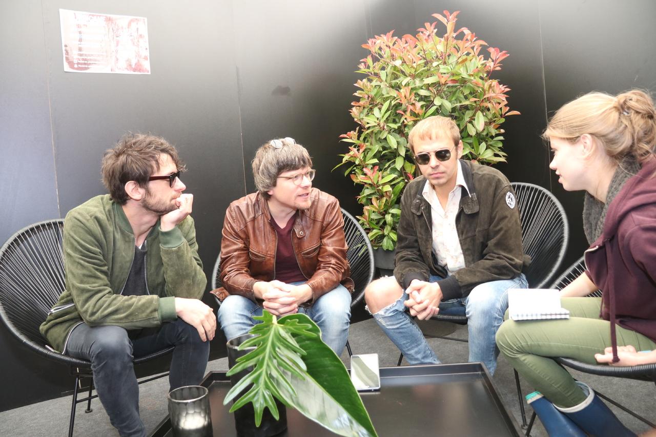 Manuel (von links), Lukas und Ray im Gespräch mit Rundschau-Mitarbeiterin Janila Dierks. Foto: Nina Baucke