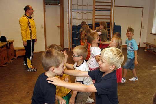 Im Ottersberger Kindergarten lernten Fünf- bis Zwölfjährige, wie sie sich gegen Angriffe wehren können und wie sie reagieren sollen, wenn sie von Fremden angesprochen werden         Foto: Zachrau