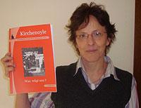"""Pfarramtssekretärin Christel Steinsträter mit der neuesten Ausgabe der """"Kirchenoyle"""