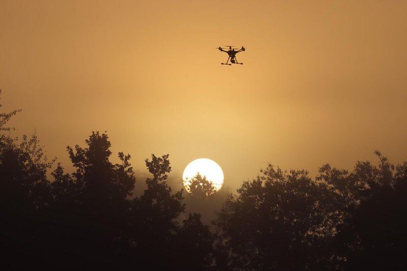 Wenn die Sonne aufgeht, sind die Drohnen schon lange unterwegs.   Foto: Rehkitzrettung Fischerhude