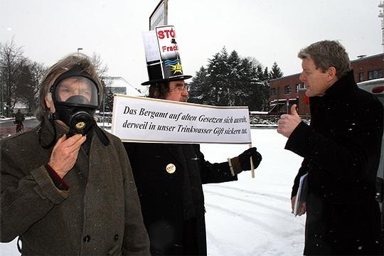 Stadtwerkechef Reinhard David (rechts) spricht mit Hartmut Horn von der BI Frackloses Gasbohren. Peter Paulitsch (links) demonstriert mit Sauerstoffmaske und starken Worten           Foto: Voigt