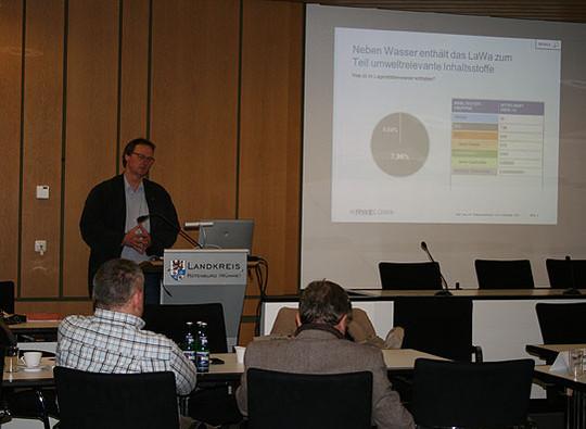 Dr. Nicolai Delling während seines Vortrages im großen Sitzungssaal des Rotenburger Kreishauses Foto: Voigt