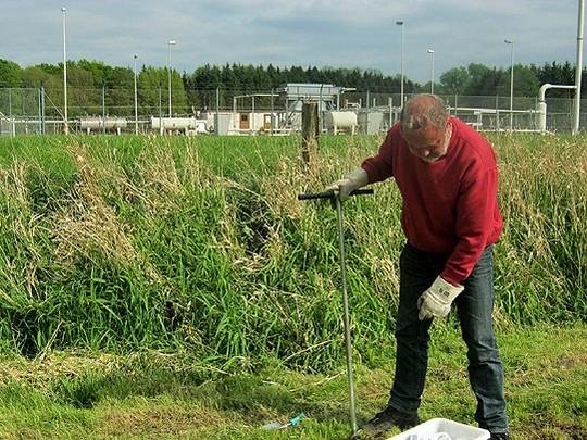 Umweltchemiker Dr. Heribert Wefers hat den Nabu beim Ziehen der Proben unterstützt