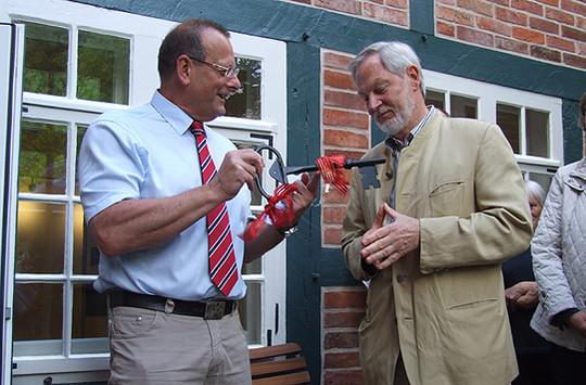 Ernst-Ulrich Pfeifer (rechts) übernahm die Schlüsselgewalt übers Rudolf-Schäfer-Haus aus den Händen Detlef Eichingers    Foto: Olthoff