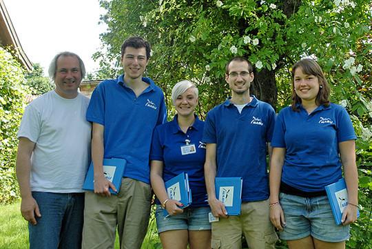Roland Meyer vom Nabu Rotenburg (links) dankt dem Nabu-Studenten-Team, das in den kommenden Wochen in der Region unterwegs sein wird
