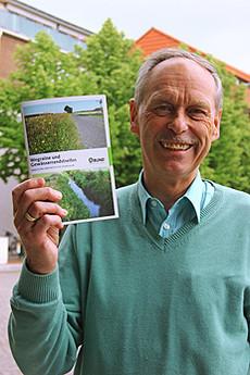 Manfred Radtke (BUND Rotenburg) mit der Broschüre, die er für den Landesverband realisiert hat         Foto: Woyke