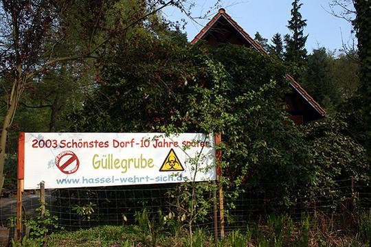 Hasseler Bürger wehren sich mit Plakaten auch gegen den geplanten Rinderstall in ihrem Ort           Foto: Archiv