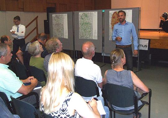 Tennet-Mitarbeiter Thomas Wagner (rechts) beantwortete zahlreiche Fragen von Moderator Olaf Groß und den Zuhörern      Foto: Olthoff