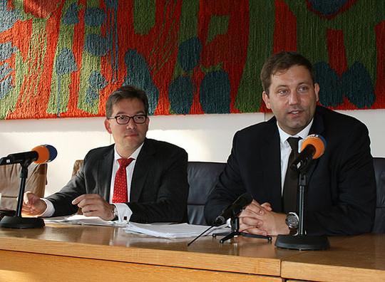 Der parlamentarische Staatssekretär Florian Pronold (links) zusammen mit Lars Klingbeil im Rotenburger Ratssaal          Foto: Voigt