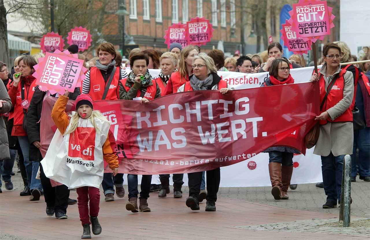 Erzieherinnen, Sozialassistenten und andere Beschäftigte in sozialen Berufen demonstrierten in Rotenburg.