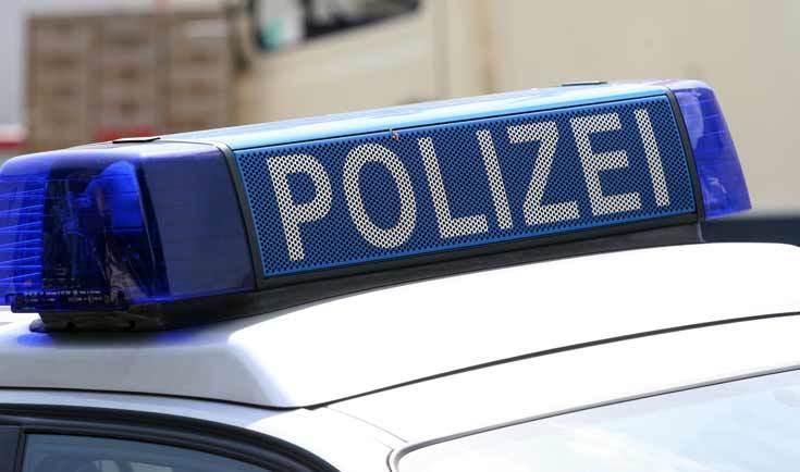 Die Polizei hat einen 35-jährigen Rotenburger in Gewahrsam, der mit einem Messer vor einem Kindergarten stand.