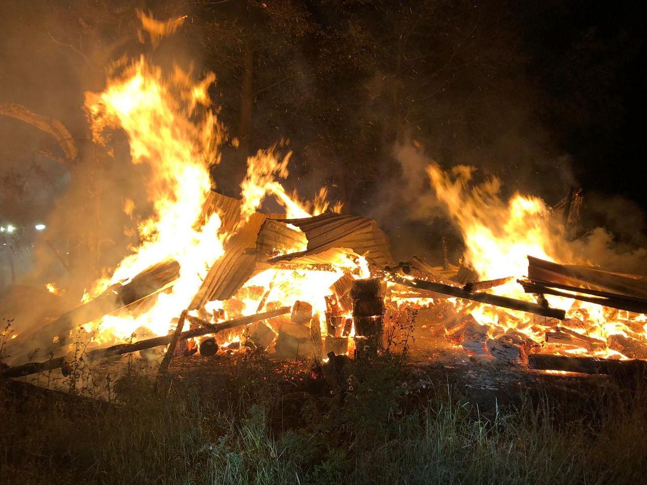 Beim Eintreffen der Feuerwehr steht die Scheune bereits in Vollbrand und stützte wenig später in sich zusammen.