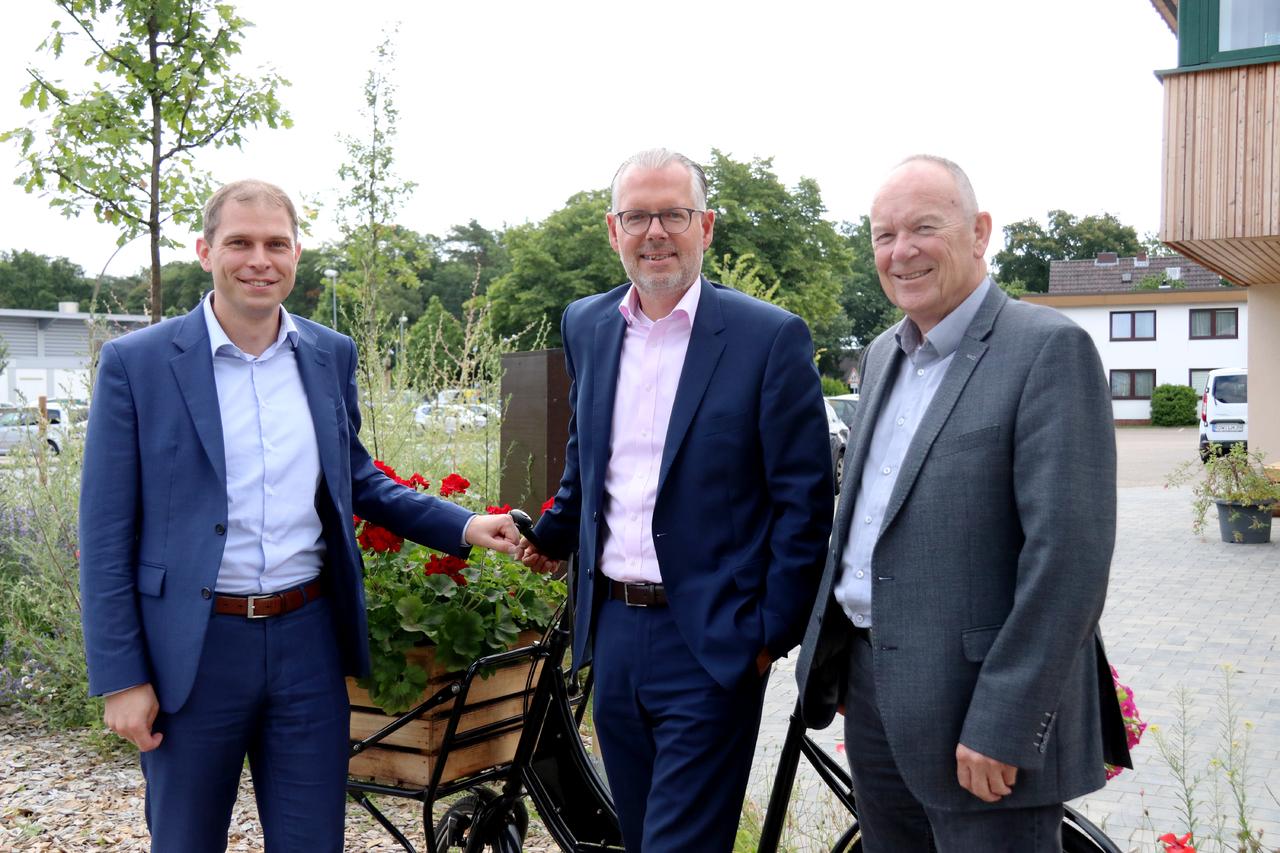 Eike Holsten (links) und Tilman Purrucker (rechts), Vorsitzender der CDU-Stadtratsfraktion, sind davon überzeugt: Frank Holle ist der geeignete Bürgermeisterkandidat. Foto: Nina Baucke